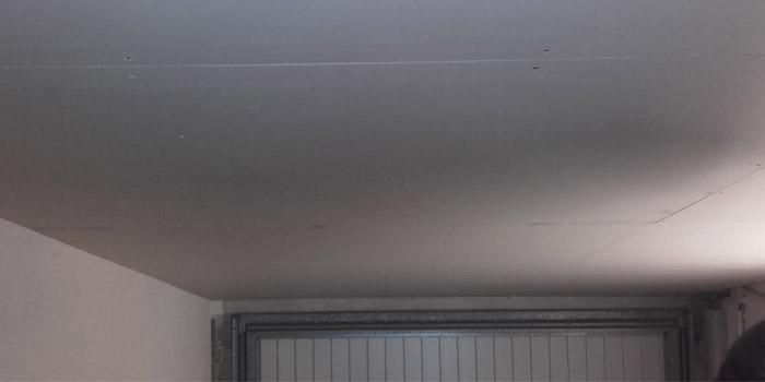 Isolation sous rampant d 39 un plafond en laine de verre renovea - Pose placo rampant toiture ...