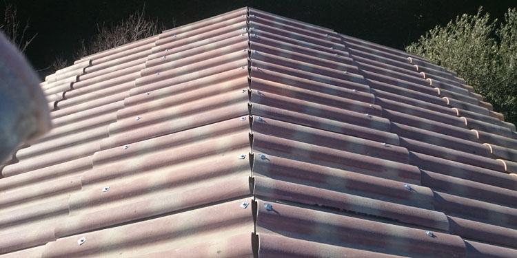 Pose des plaques sous tuiles sur toiture