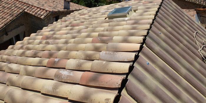 couverture de la toiture avec des tuiles canals sur les plaques sous tuiles