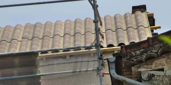 pose de plaque sous tuile sur la toiture