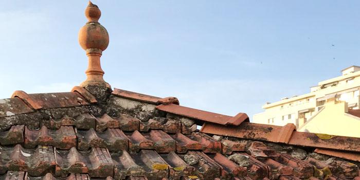 toiture ancienne avec tuiles plates