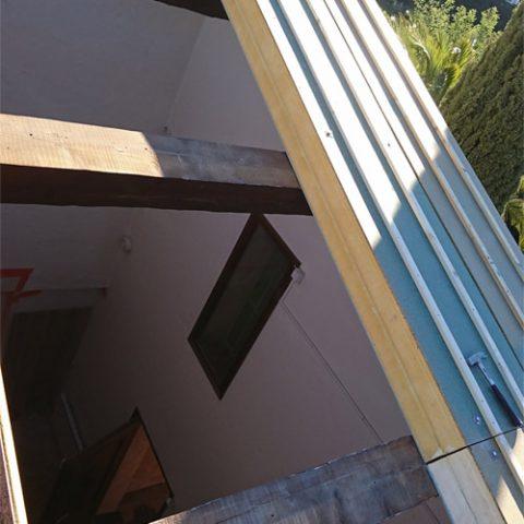 Pose de panneaux sandwichs pour toiture